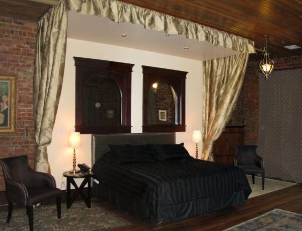 hackett hotel riley room 1 master king bed1 1024x784 resized 600